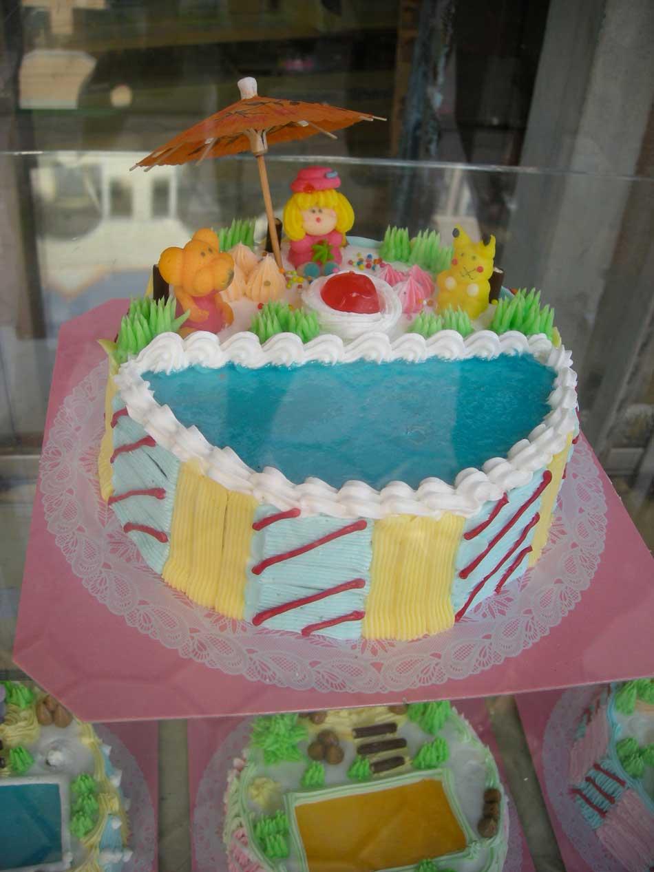 Pâtisserie à décor de piscine agrémenté de personnages. Krabi ...
