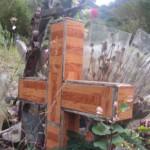 croix de cimetière en carrelage faux bois